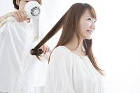 ヘアセットしてもらう日本人女性