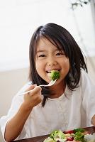 サラダを食べる日本人の女の子