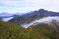長野静岡県境 小河内岳より望む塩見岳と仙丈ケ岳と甲斐駒ケ岳と...