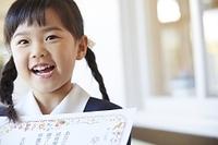 卒園証書を持つ幼稚園児の女の子