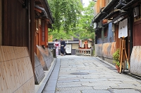 京都府 祇園白川の町並みと巽橋で写真を撮る浴衣姿のカップル