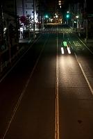 夜道を走る車
