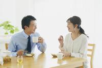 朝食を食べる日本人夫婦
