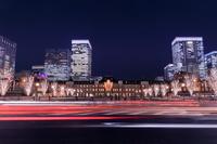 東京都 東京駅と駅前広場の夜景
