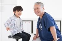 男の子を診察する医師