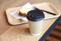 コーヒー紙コップとケーキ