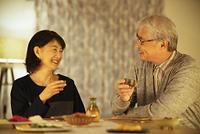 日本酒で晩酌をするシニア夫婦