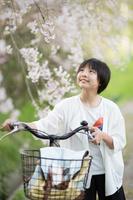 春に桜を眺める日本人の女の子