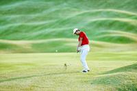 男子ゴルフ選手のアイアンショット