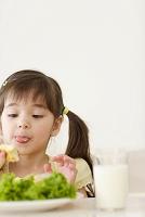 ダイニングで食事をするハーフの女の子