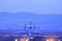夕暮れの伊丹空港 着陸する飛行機 ANA