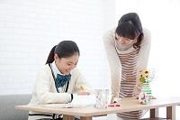 勉強する女子高校生と母親
