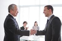 握手をする日本人ビジネスマン
