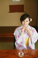 旅館で冷酒を飲む浴衣の女性