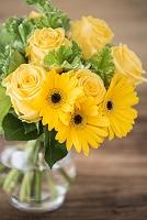 花瓶に活けた黄色いブーケ