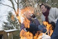 焚火で温まる夫婦
