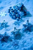 雪の上のクリスマスオーナメント