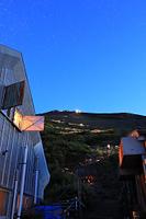 静岡県 富士山六合目 雲海荘から望む登山者の灯りと星空