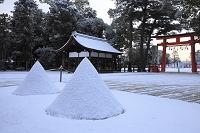 京都府 上賀茂神社 淡雪の立砂と楽舎と二ノ鳥居