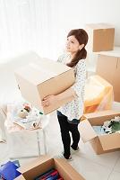 引っ越し作業をする日本人女性
