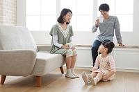リビングでくつろぐ団らんの日本人家族