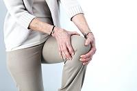 膝を押さえるシニア女性