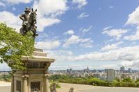 宮城県 伊達政宗騎馬像と仙台市の街並み