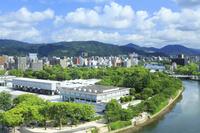 広島県 広島平和記念公園 広島平和記念資料館と原爆ドーム(右...