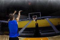 シュートを打つバスケットボール選手