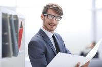 資料を読む外国人ビジネスマン