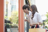 ショッピングする若いカップル