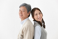 背中合わせの中高年夫婦