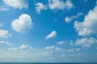 青空とハート型の雲と水平線