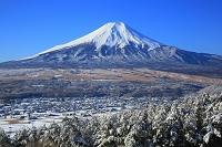 山梨県 高座山から見る朝の富士山と雪景色の忍野村
