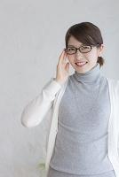 眼鏡に手を添える若者日本人女性