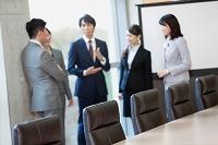 立ち話をするビジネスグループ