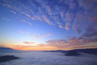 長野県 青木村 子檀嶺岳 朝焼けと雲海と浅間山と蓼科山などの山並み