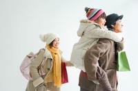 買い物中の日本人家族