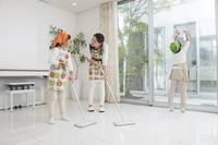 掃除をする日本人親子