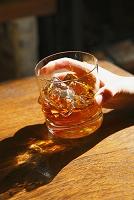 ウイスキーグラスを持つ手元