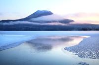北海道 朝焼けの阿寒湖とフロストフラワー