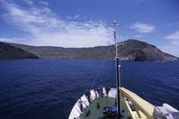 南インド洋 セント・ポール島 客船の船首と島影