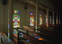 長崎県 貝津教会のステンドグラスの窓