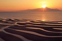 熊本県 有明海の御輿来海岸の砂干潟と夕焼の雲仙普賢岳