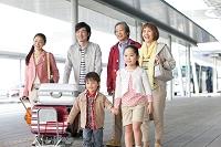旅行に出かける3世代日本人家族