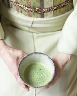 茶碗を持つ着物の女性