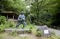 福井県 緑生い茂る初夏の一乗滝と佐々木小次郎像