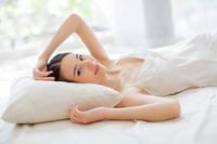 ベッドで横になる女性