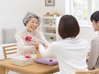 一輪の花を受け取る笑顔のシニア日本人女性