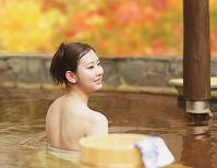 温泉を楽しむ日本人女性